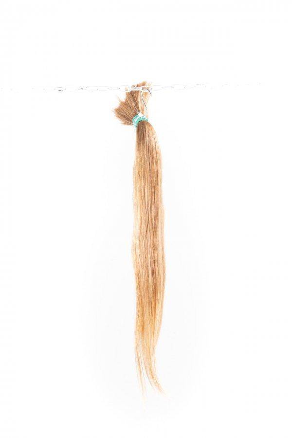 Rovné světlé vlasy k prodlužování vlasů.