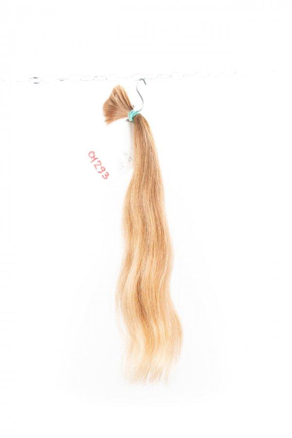Lehká vlna světlých přírodních vlasů.