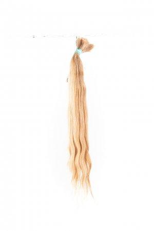 Vlnité vlasy dětské přírodní blond.