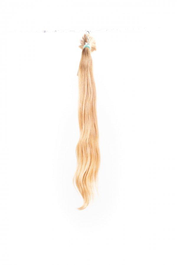 Lehká vlna přírodních světlých vlasů.
