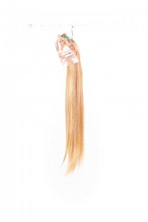 Rovné vlasy v přírodních blond odstínech.