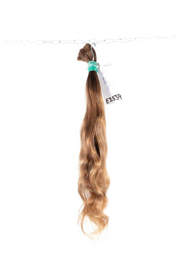 Vlnité jemné evropské vlasy ve světlém odstínu.