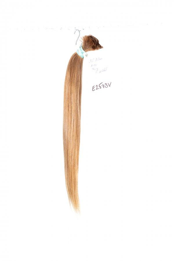 České rovné vlasy v plavém odstínu
