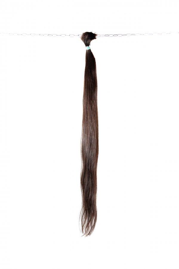 Tmavě hnědé evropské vlasy