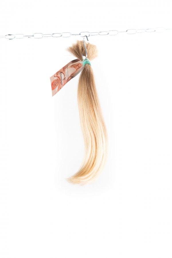 Lehká vlna na dětských nebarvených vlasech.
