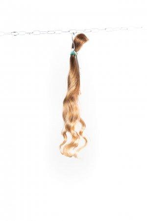 Vlnité jemné dětské vlasy na prodlužování.