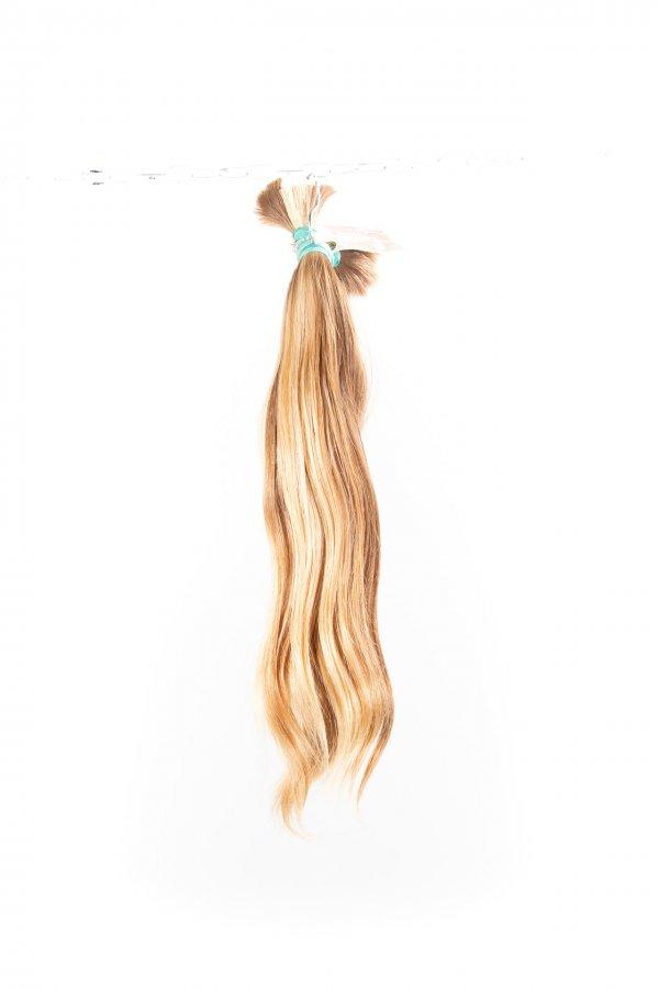 Přírodní blond vlasy s lehkou vlnou