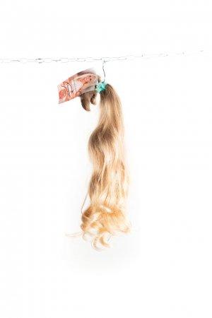 Vlnité přírodní blond odstíny k prodlužování.