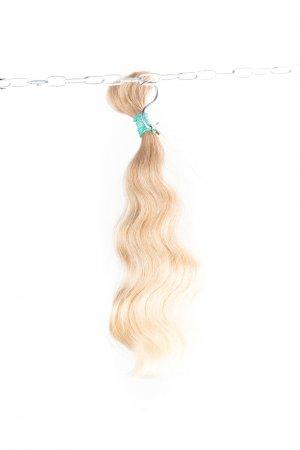 Nebarvené blond odstíny s lehkou vlnou.