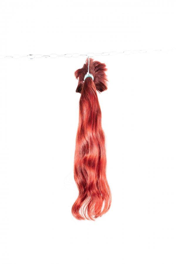Vlnité vlasy na prodloužení červený odstín.