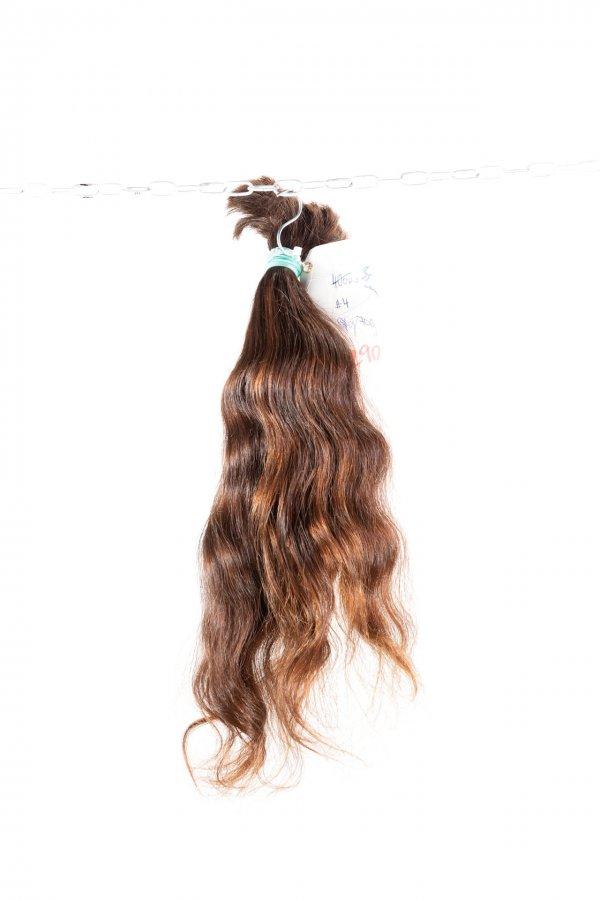 Hnědé vlasy v přírodním odstínu.