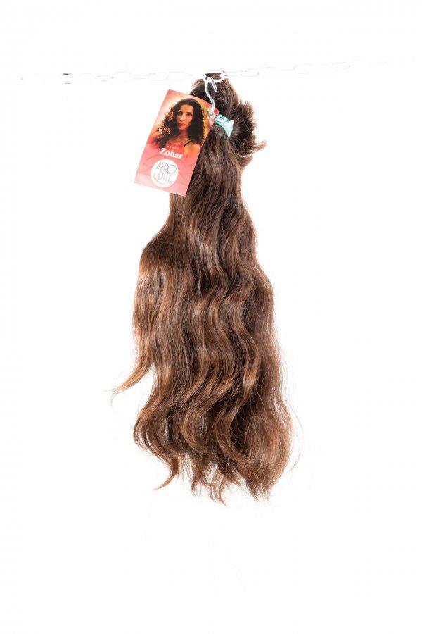 Přírodní hnědý odstín vlnitých vlasů.
