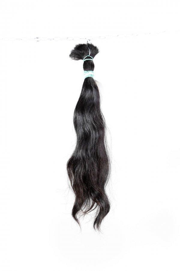 Tmavé přírodní vlasy na prodlužování.