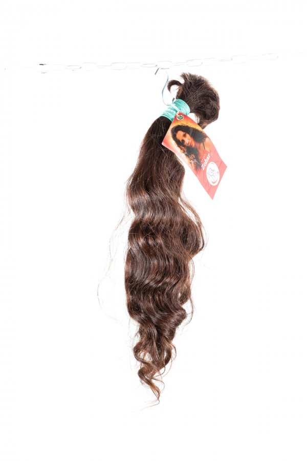 Pevná vlna přírodních hnědých vlasů.