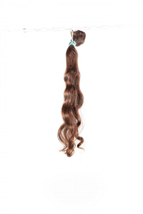 Vlnité hnědé přírodní odstíny na prodlužování vlasů.