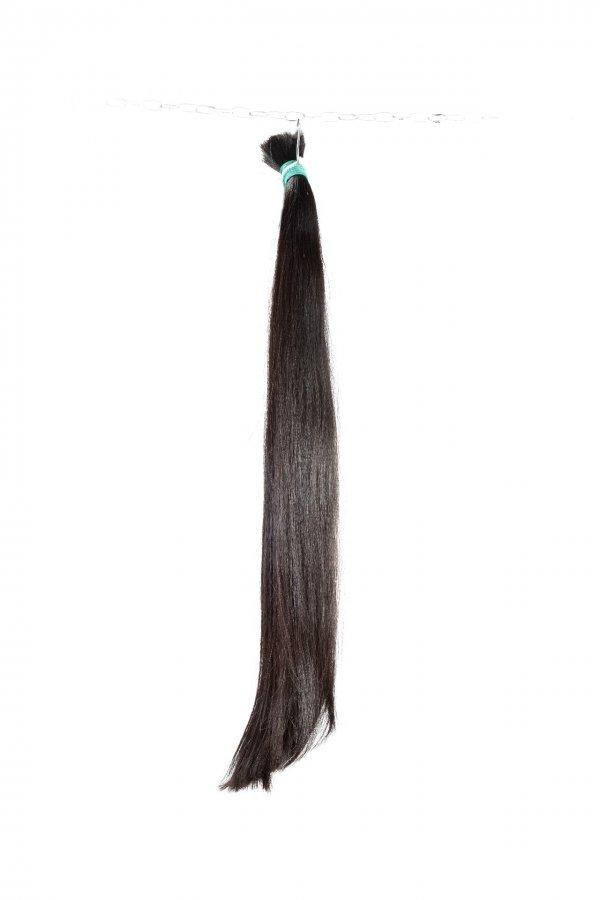 rovné tmavé řecké vlasy
