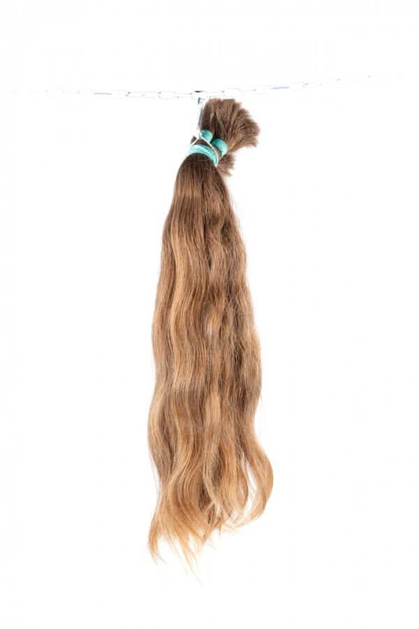Světlé, přírodní, jemné vlasy.