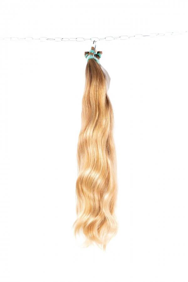 Panenské blond vlasy.