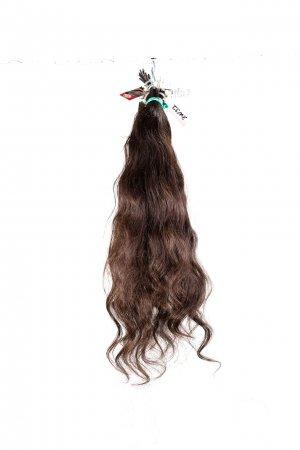 Tmavě hnědé vlnité vlasy