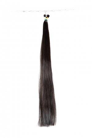 Tmavé vlasy husté do konců.