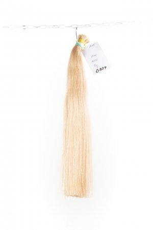 Světlé blond ostíny barvené na prodlužování vlasů.