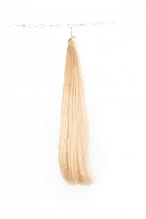 Odbarvené blond vlasy na prodlužování.