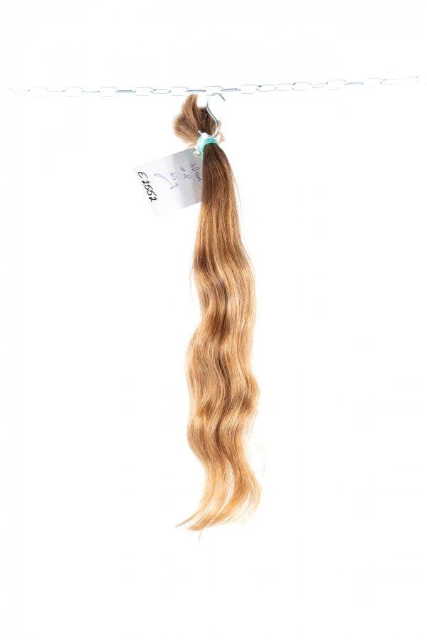 Nádherné plavé vlnité vlasy.