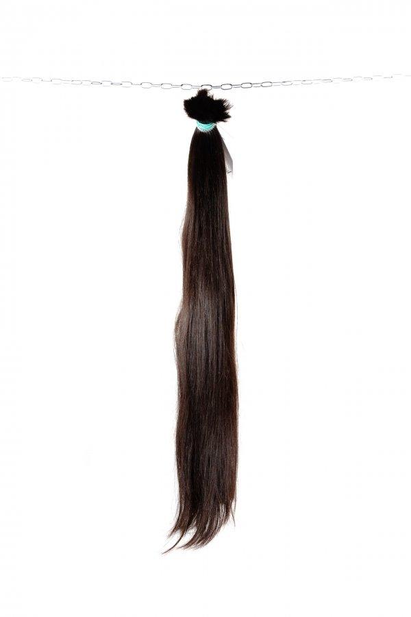 Tmavě hnědé české vlasy