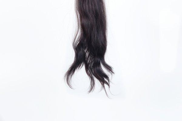 Tmavé dlouhé vlasy