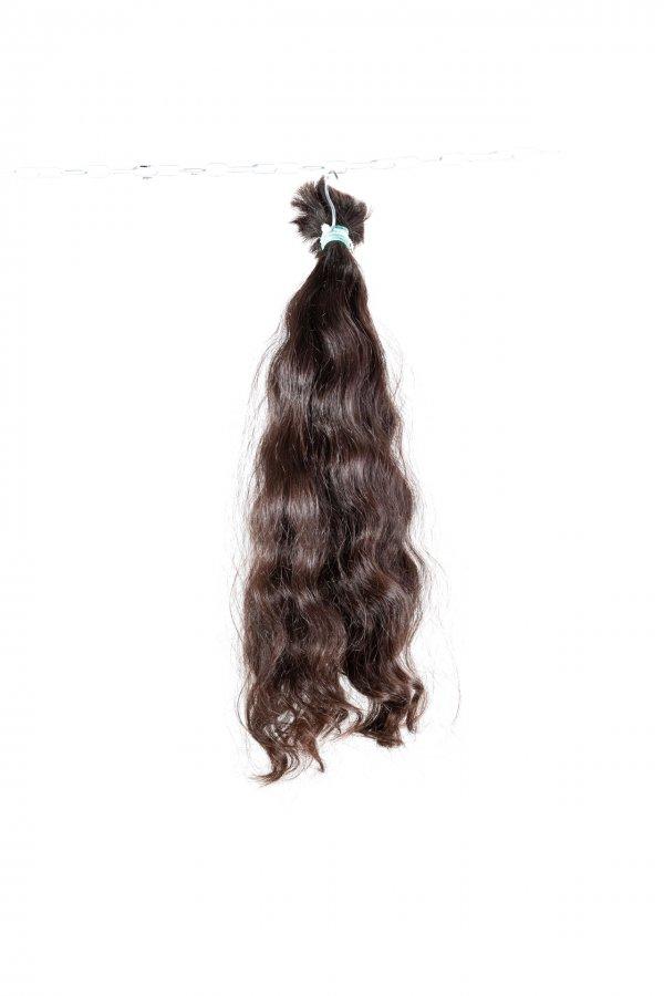 Vlnité vlasy přírodních odstínů na prodlužování.