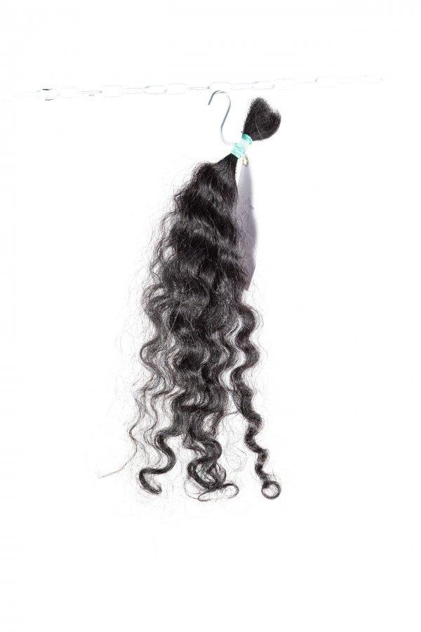 Kudrnaté vlasy tmavě hnědé j prodlužení vlasů.