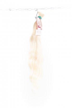 Luxusní světlé ruské vlasy s lehkou vlnou.