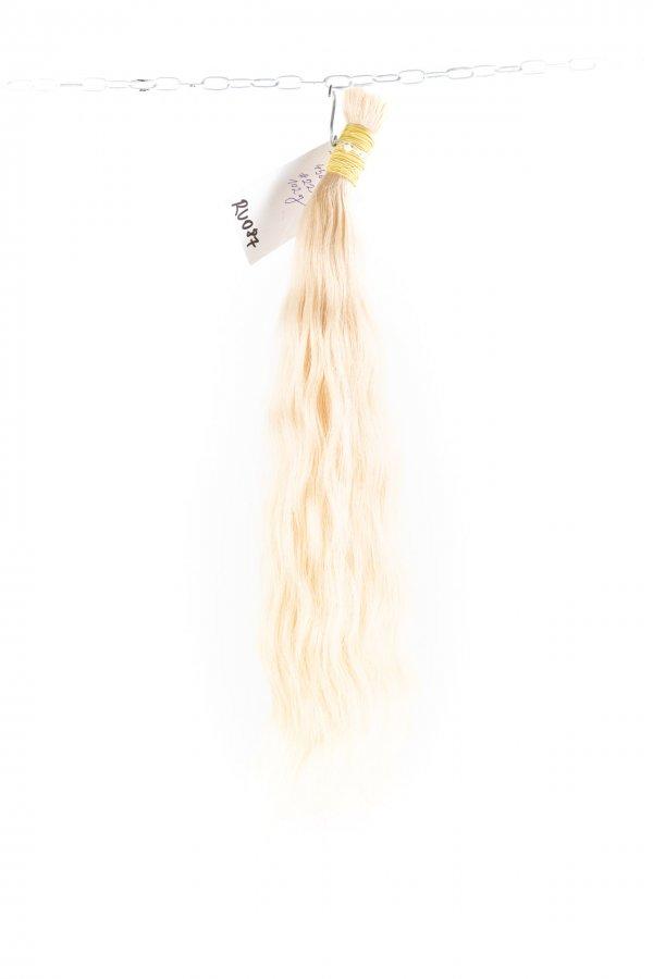 Světlé vlnité vlasy k prodloužení.