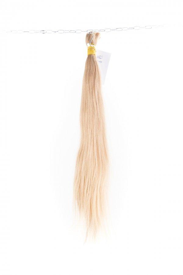 Rovné světlé vlasy k prodloužení.