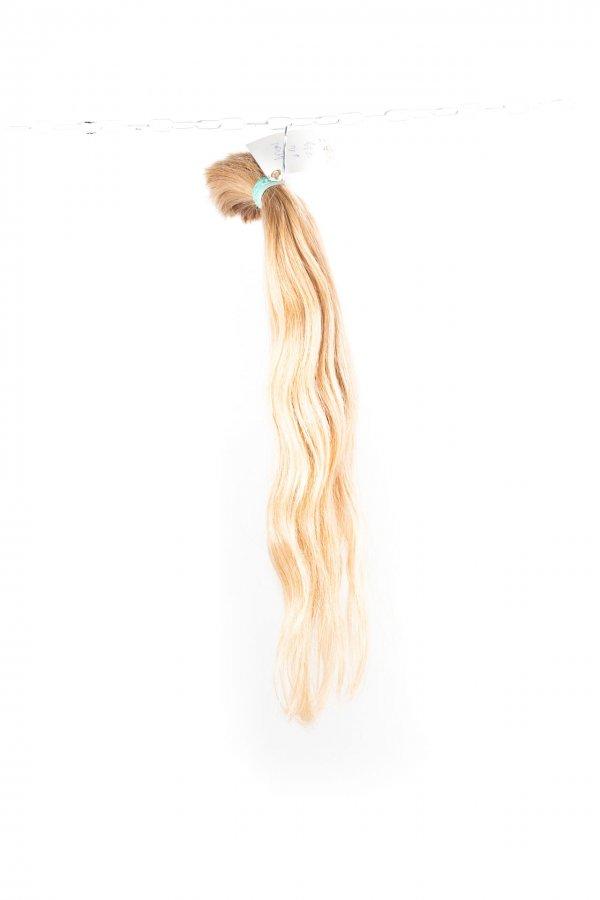 Světlé vlasy s lehkou vlnou na prodlužování vlasů.