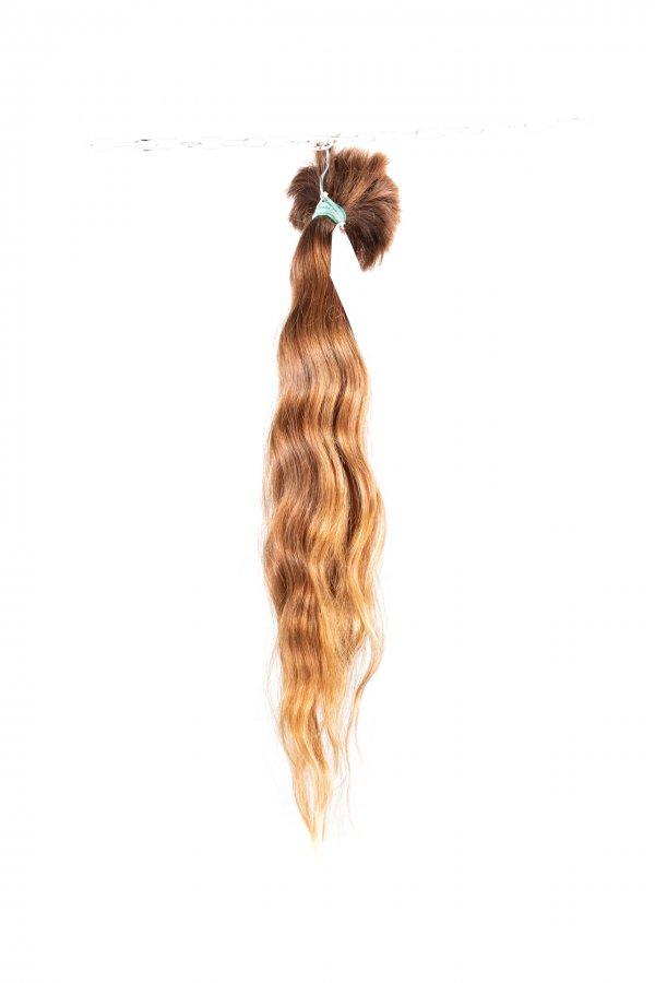 Vlnité vlasy na prodloužení světlý odstín.