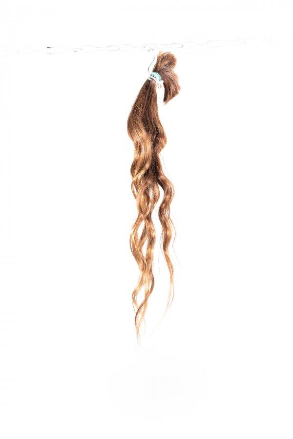 Vlnité světlé vlasy na prodlužování vlasů.