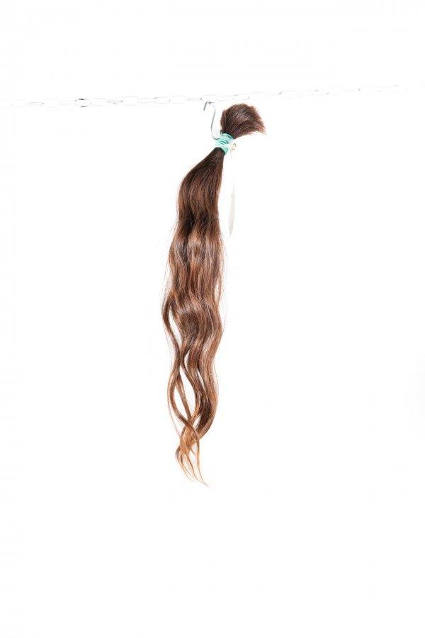 Vlnité hnědé vlasy na prodlužování vlasů.