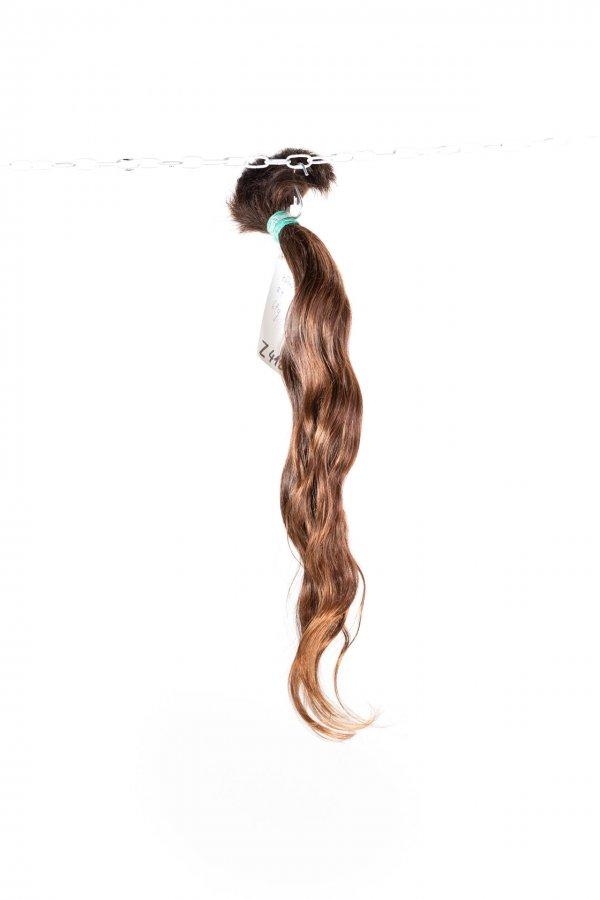 Přírodní hnědý odstín lehce vlnitých vlasů.