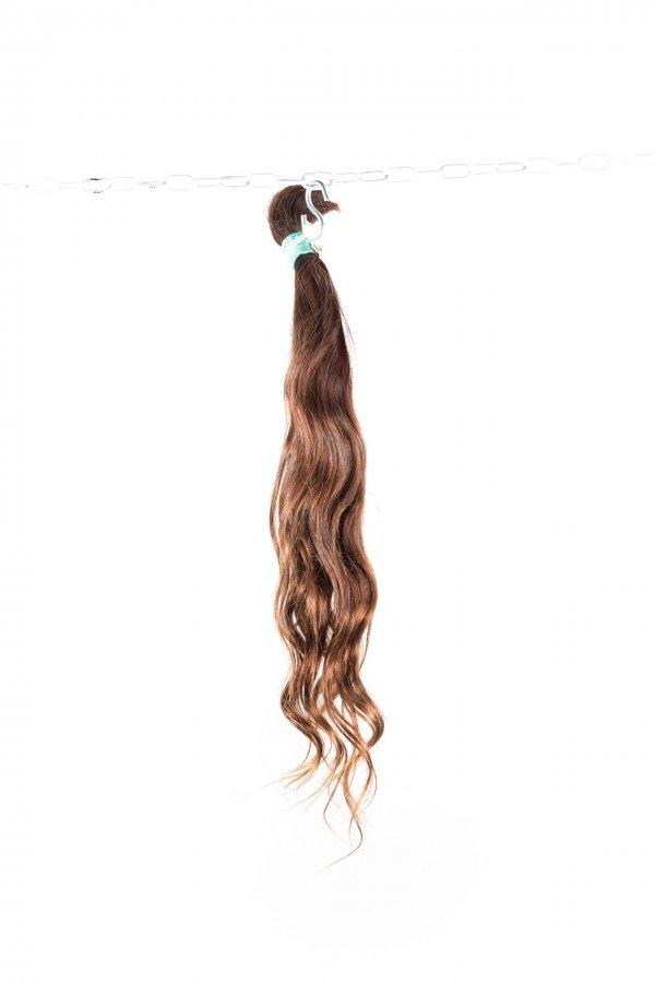 Vlnité hnědé vlasy k prodlužování vlasů.