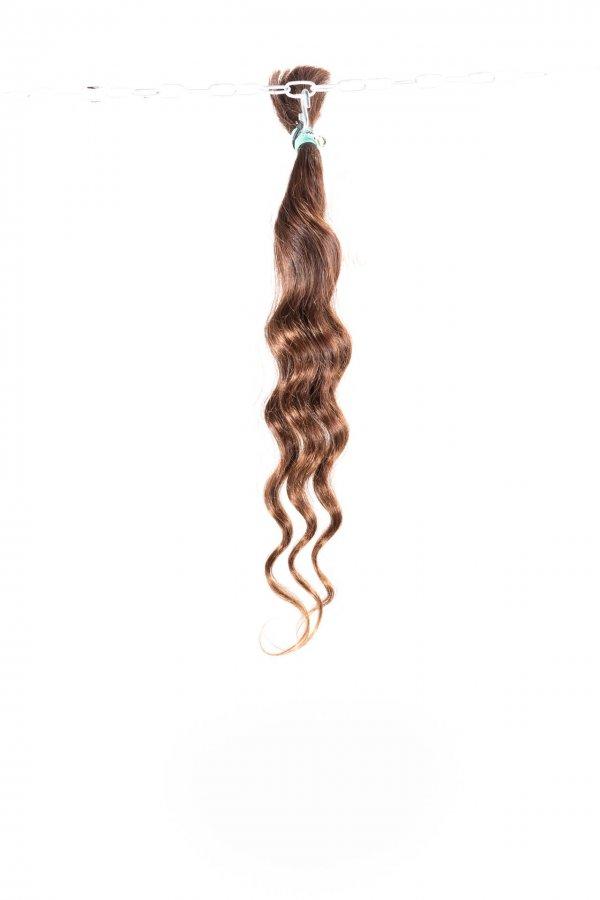 Vlnité přírodní lesklé vlasy na prodlužování.