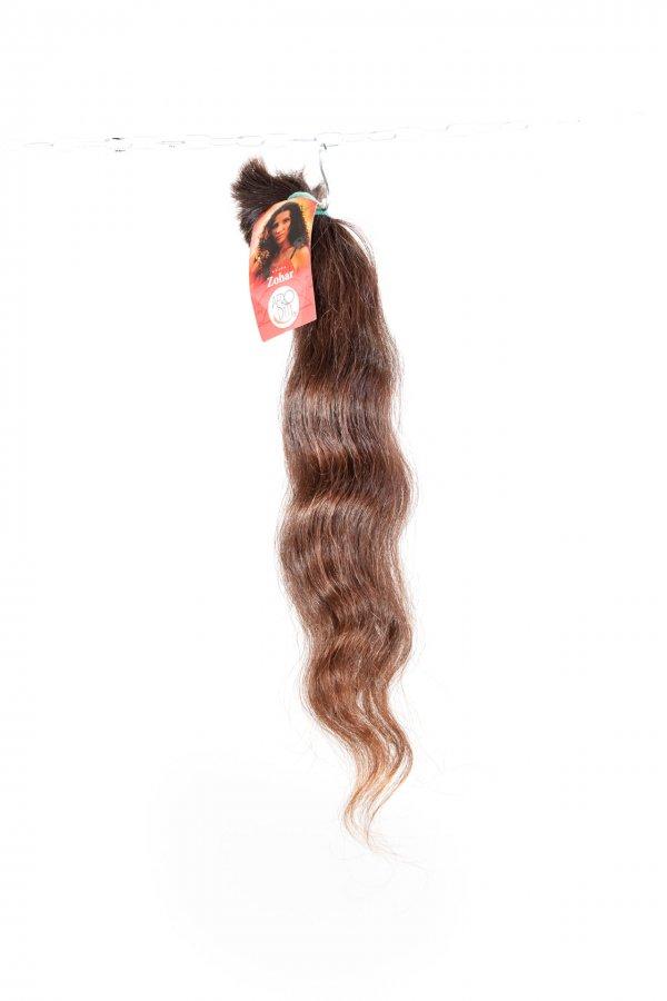Lehká vlna přírodních hnědých vlasů.