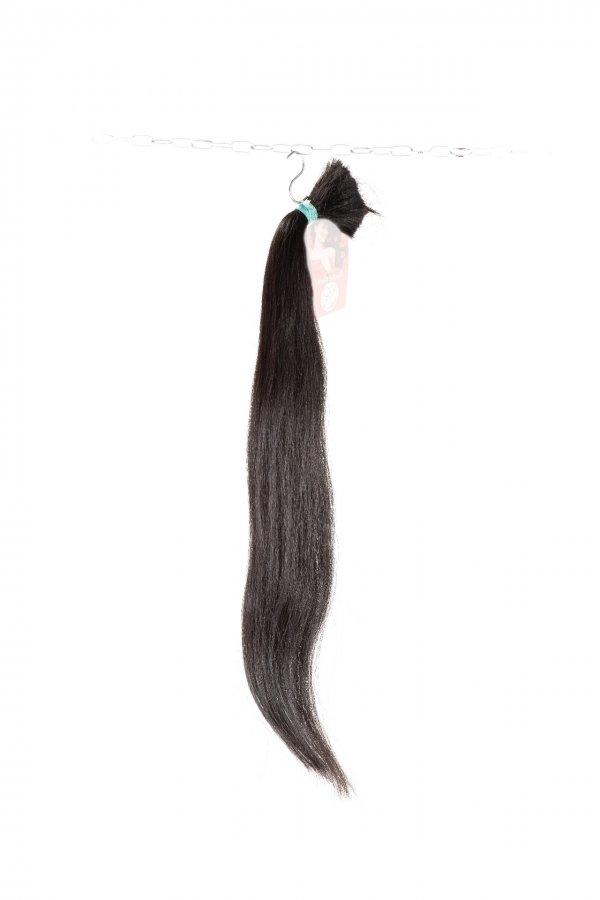 rovné černé vlasy