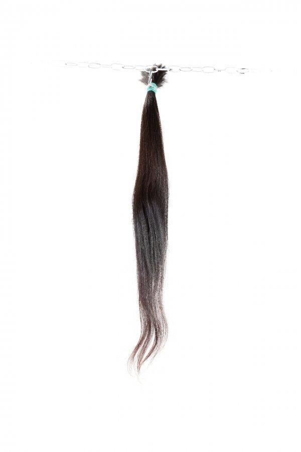 Tmavě hnědé vlasy