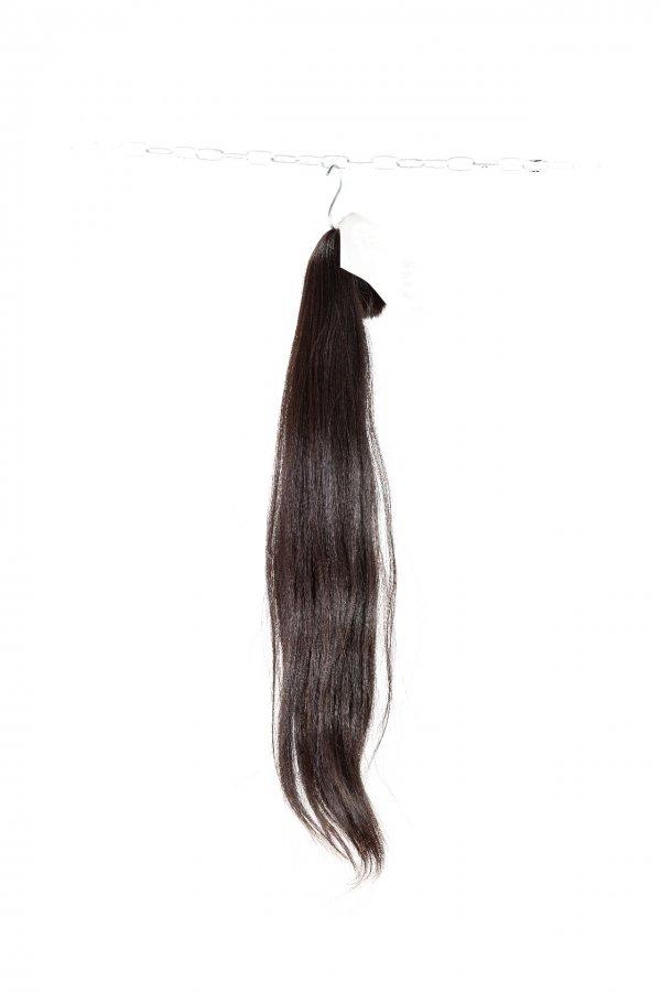 jemně vlnité černé vlasy