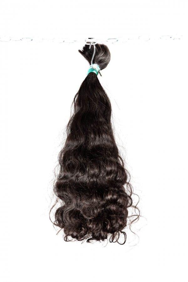 Tmavé kudrnaté vlasy na prodlužování