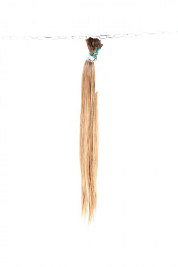 Panenské plavé vlasy.