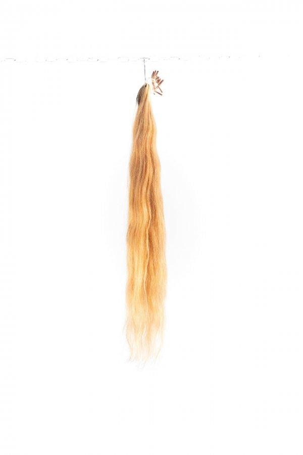 Zesvětlené vlnité vlasy
