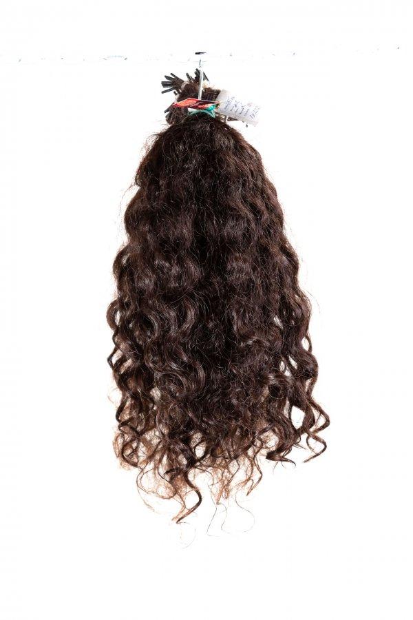 Kudrnaté tmavé vlasy